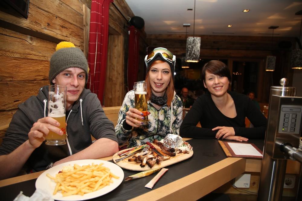 Etter skituren er det klart for mat og godt drikke.         Foto: Odd Roar Lange