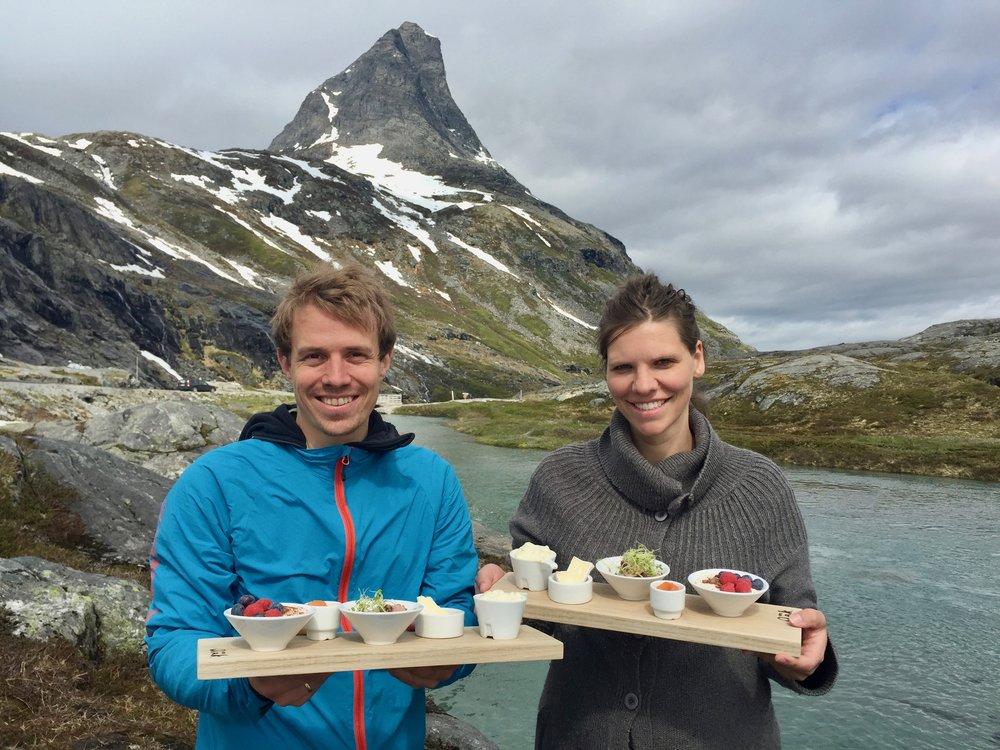Odd Erik og Kristine Rønning fra Aak hotell serverer lokal kvalitetsmat på toppen av Trollstigen. Sånn skal det gjøres.                             Foto: Odd Roar Lange