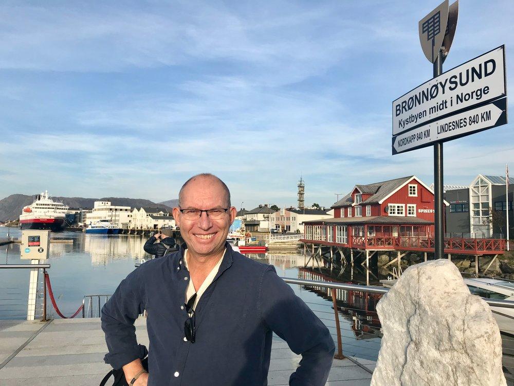 Midt i Norge. Brønnøysund er midt mellom Nordkapp og Lindesnes.