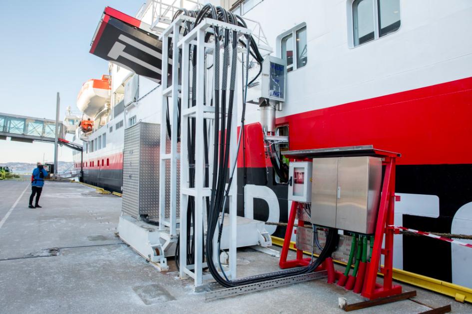 Endelig gode miljønyheter. Hurtigruteskipet MS Spitsbergen kobles til landstrøm. Foto:   Foto:  Eivind Senneset/Hurtigruten/Bergen Havn
