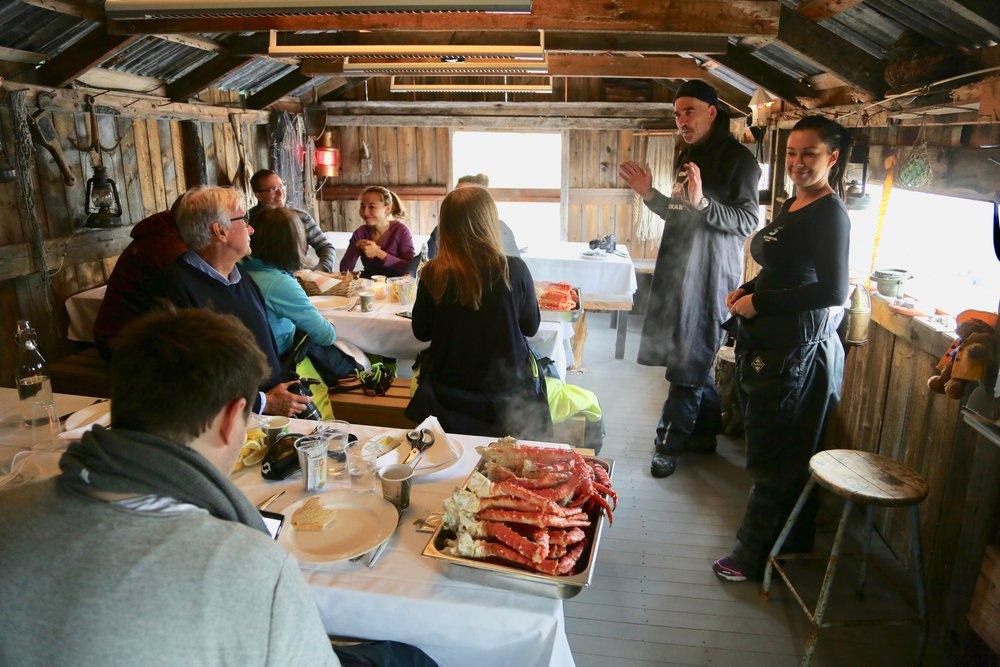 Kirkenes Snowhotel tar med gjester ut på kongebrabbefisking. Og etterpå kan fangsten spises - sammen med god historiefortelling. Foto: Odd Roar Lange