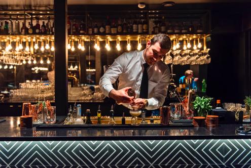 SVALBARDS ENESTE COCKTAILBAR: Drikkemenyen er omfattende på Funken Bar og omgivelsene eksklusive. Foto: Hurtigruten Svalbard/Agurxtane Concellon