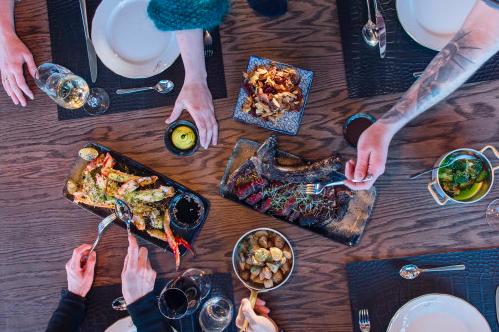 UTEN MAT OG DRIKKE...: Med naturlige råvarer og et rikholdig vinkart,løfter nyoppussede Funktionærmessen Restaurant standarden på spisestedene på Svalbard til et nytt nivå. Foto: Hurtigruten Svalbard/Agurxtane Concellon
