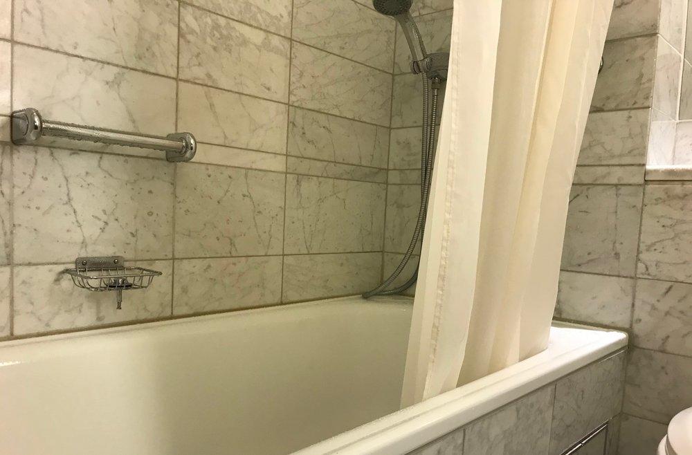 Få det bort. Slike dusjforheng er 90-talls og passer ikke inn på et moderne hotell. Foto: Odd Roar Lange