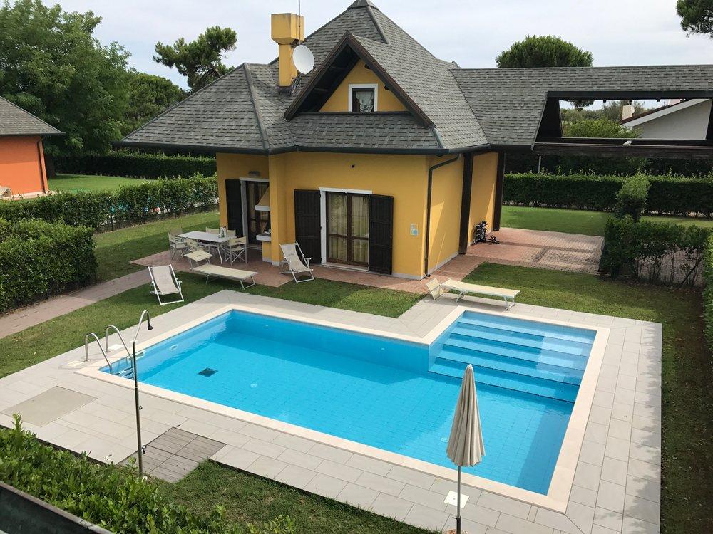 Feriehus med eget basseng, som her i italienske Albarella, er blitt populært blant mange nordmenn. Foto: Odd Roar Lange
