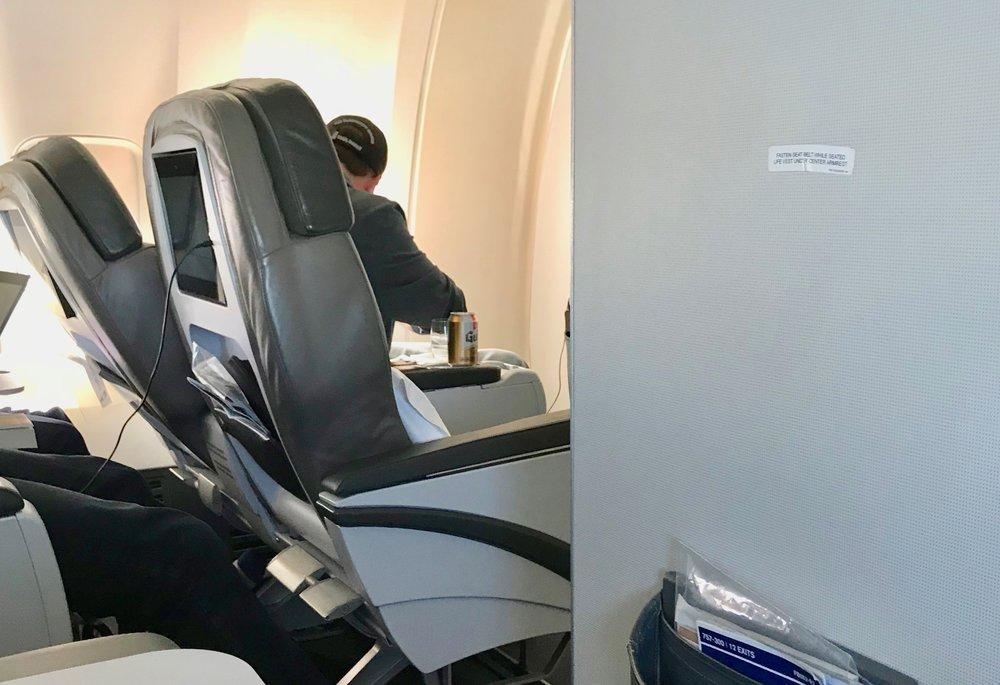 Ego-Einar har ordnet seg øl, slår ned seteryggen og er klar for flyreisen. Foto. Odd Roar Lange