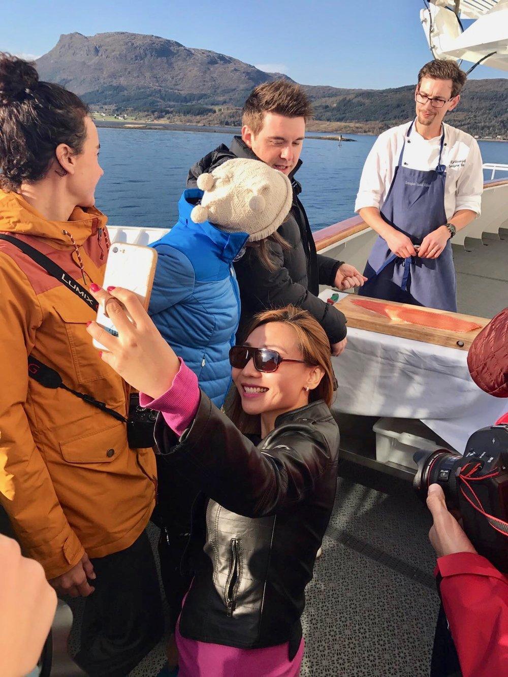 Kinesiske journalister, som Miao Shan, besøker gjerne Norge for å skrive hjem om opplevelser - som her fra Hurtigruten.                              Foto: Odd Roar Lange