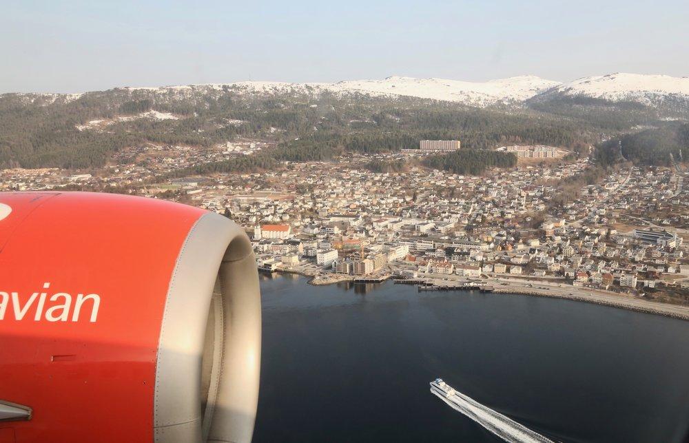 Sett deg på venstre side i flyet, slik at du lettere får vridd kroppen mot vinduet for å ta bilder. Foto: Odd Roar Lange