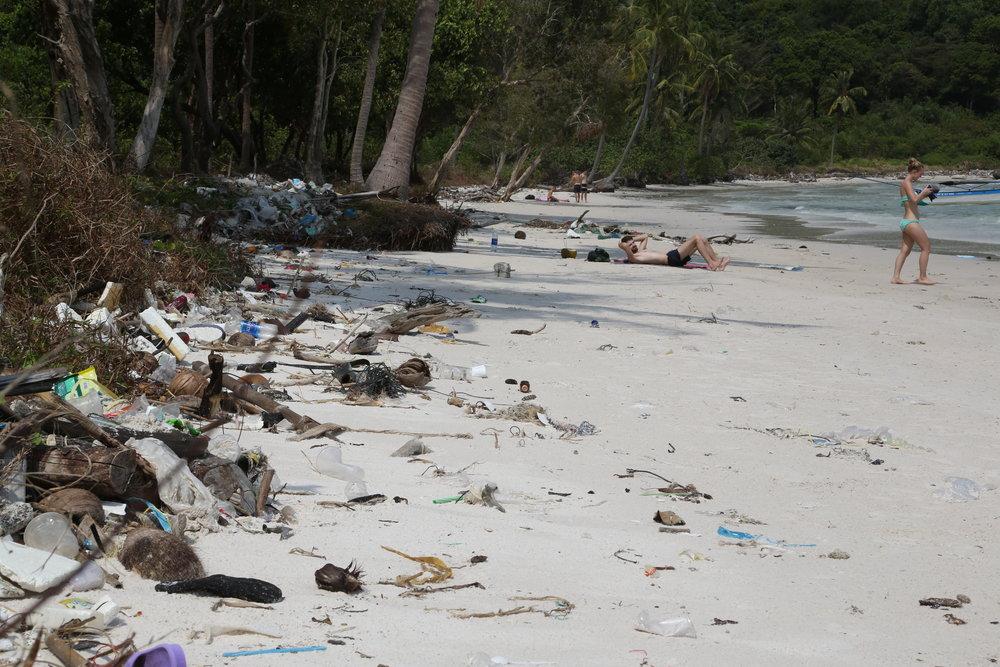 Den flotte og populære Long Beach på Poh Quoc fylles sakte men sikkert opp med plast. Foto: Odd Roar Lange
