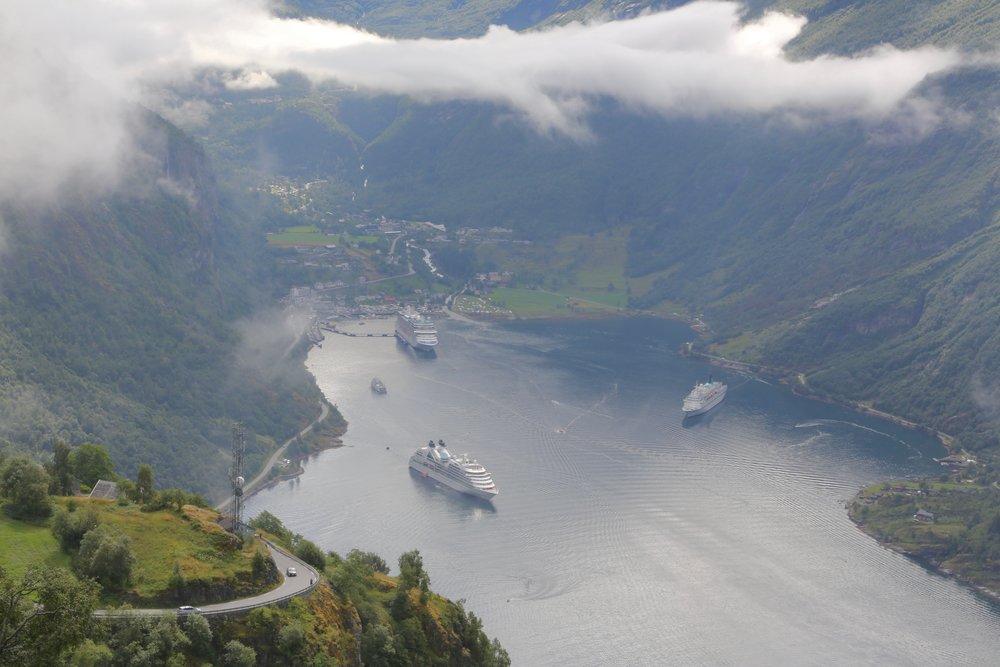 Geiranger er blitt symbolet for forurensing i norske fjorder. Men samtidig jobber mange i turistbygda også godt for å vise frem hvordan det kan gjøres bedre.    Foto: Odd Roar Lange