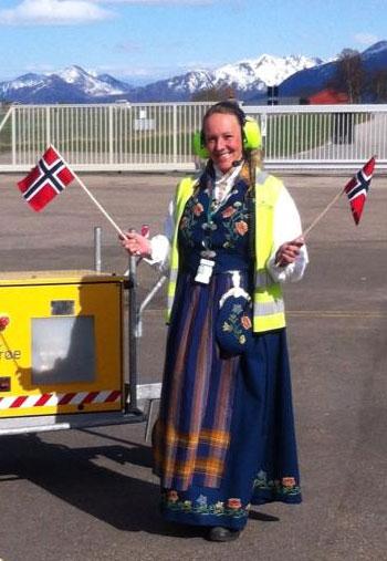 Stokmarknes lufthavn: Monica Lauritsen er kledd for nasjonaldagen        Foto: Widerøe