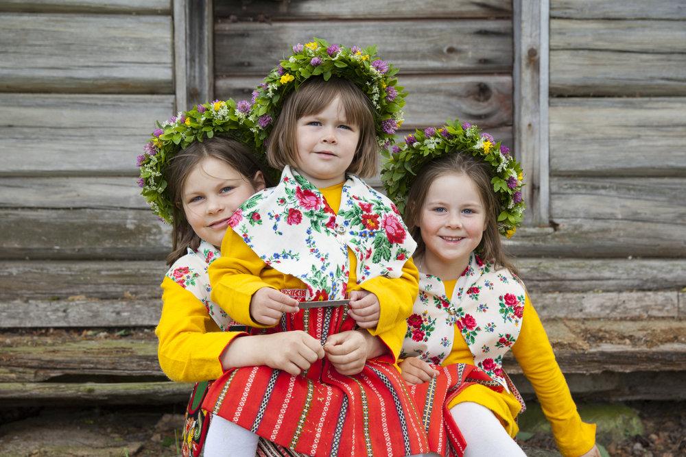 Midsommerstemning i Leksand i Dalarna.   Foto Kola Productions/Visit Sweden