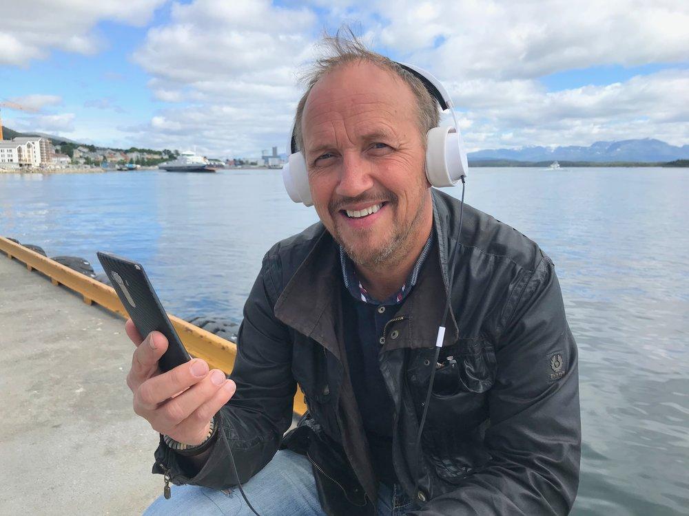 Du kan få reiseguiden på øret eller på skjerm. Bjørnar Sørgård er klar med Hopperguide. Foto: Odd Roar Lange