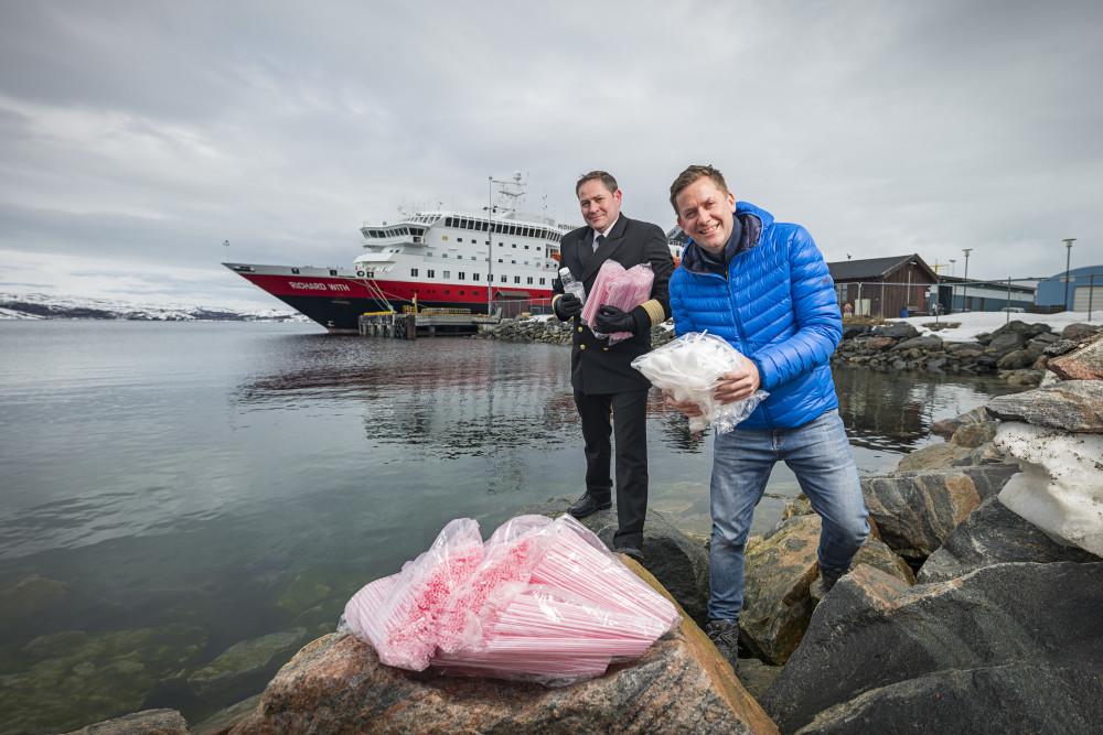 Daniel Skjeldam (th) vil ha bort plasten fra skipene.   Foto: Hurtigruten