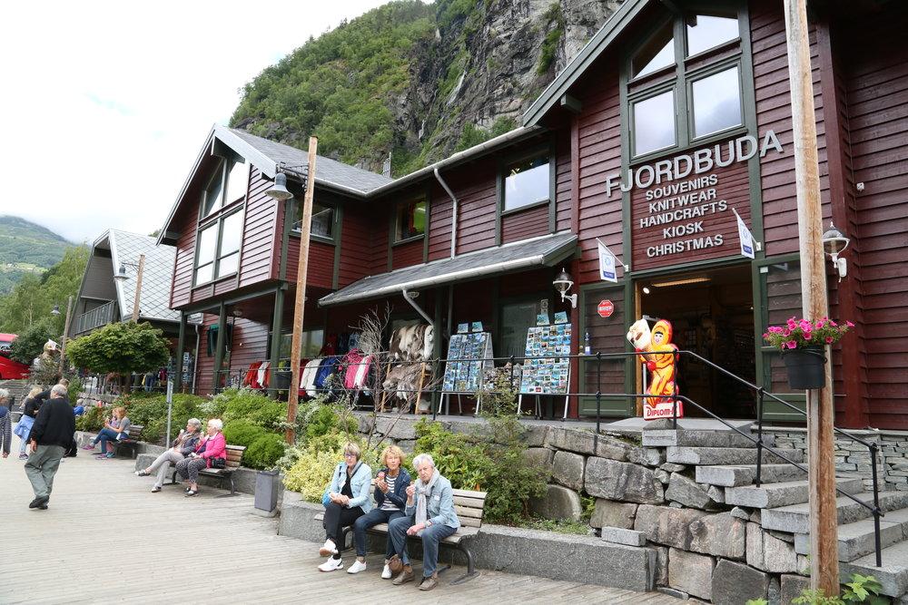 Geirangerfjord Verdensarv ønsker seg rask bedring av lufta i turistbygda. Havnsjefen i kommunen er mer aventende og vil ikke ha særregler for verdensarvfjorden. Foto: Odd Roar Lange