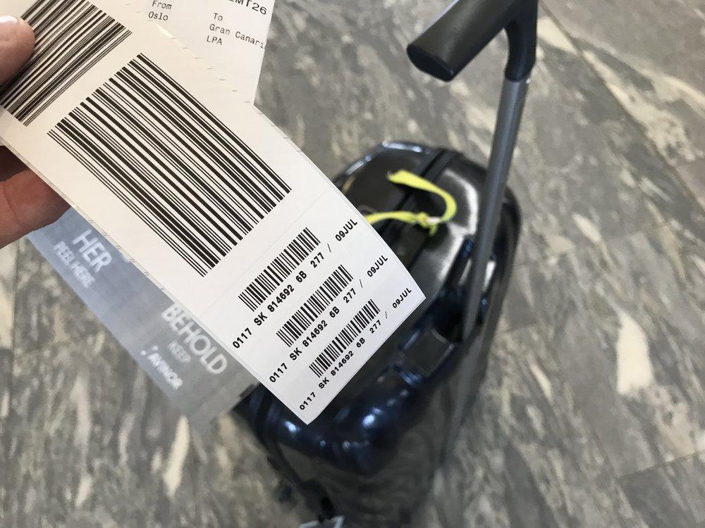 De små klistremerkene kan være forskjellen på om bagasjen kommer frem eller ikke. Foto: Odd Roar Lange