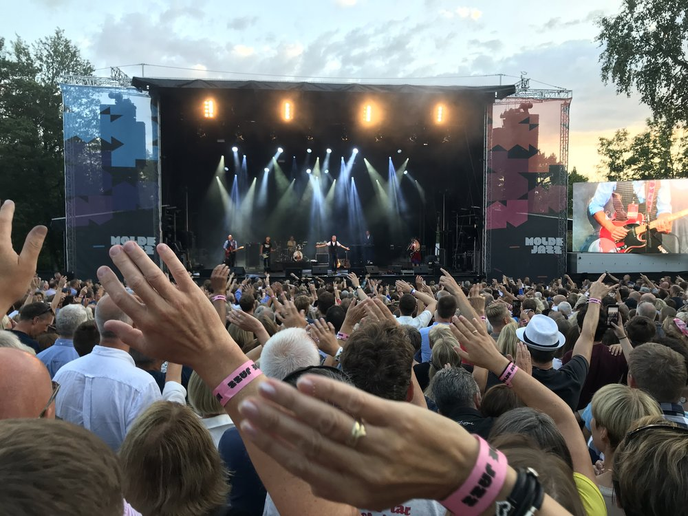 Grenseløs allsang i Molde. Jeg tror 99 prosent av tilhørerne var fra Molde og omegn. Og samtlige kan tekstene på rams. Det så og hørtes i alle fall slik ut.  Foto: Odd Roar Lange