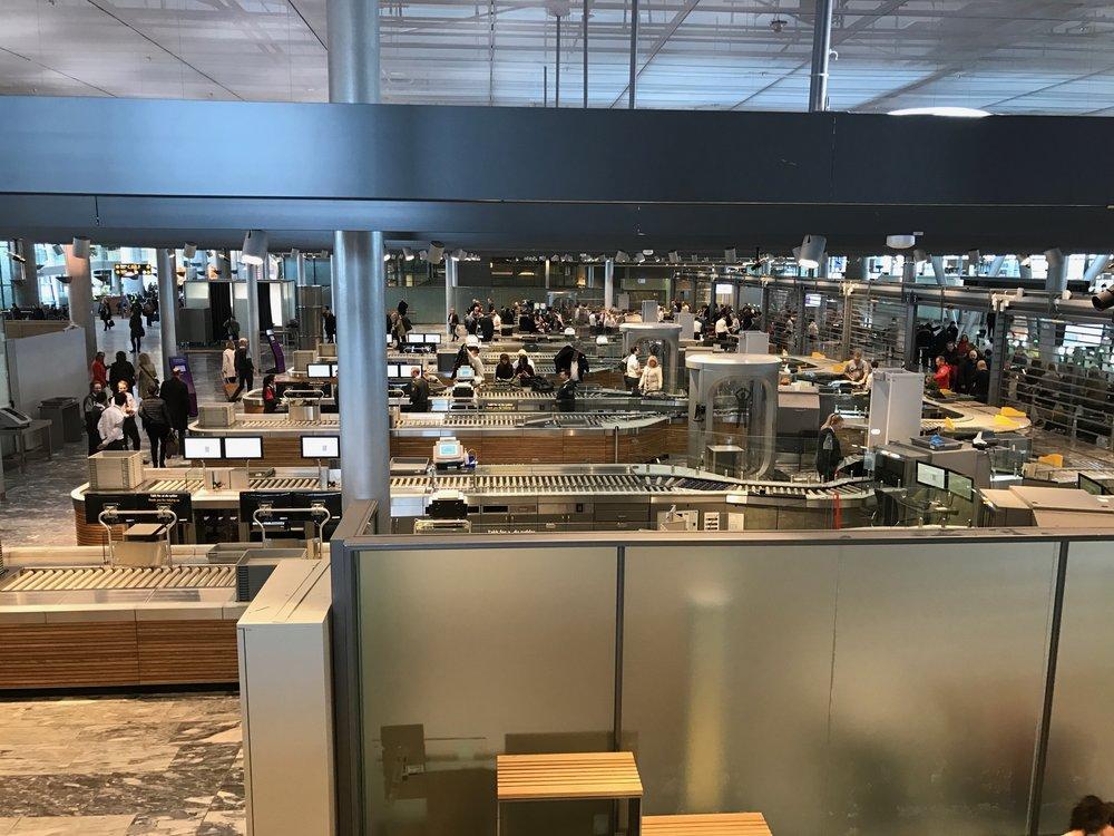Lange køer utenfor, mange stengte kontrollpunkt innenfor. En vanlig dag på Oslo Lufthavn Gardermoen. Foto: Odd Roar Lange