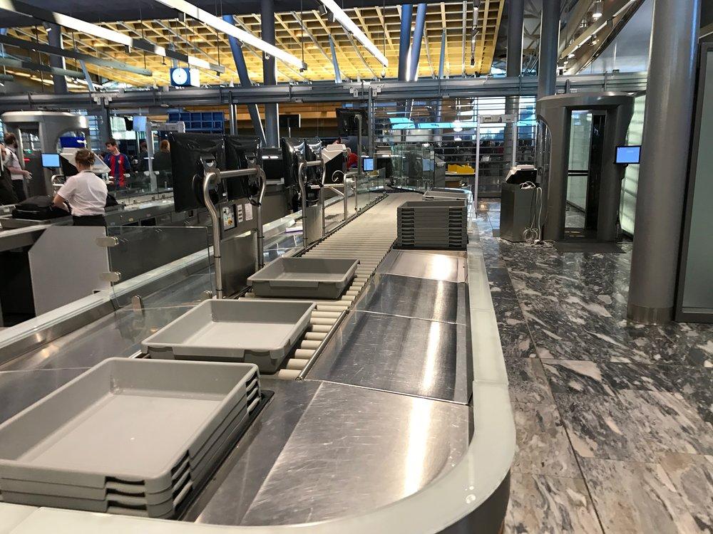 Sikkerhetskontrollen er flyplassens første stresspunkt. Hvorfor gjøres det ikke mer for å dempe problemet? Foto: Odd Roar Lange