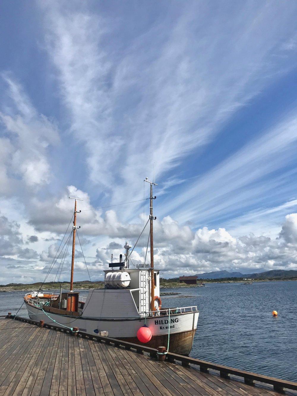 Vil du dra på fisketur så kan det ordnes med en liten robåt eller med denne skøyta