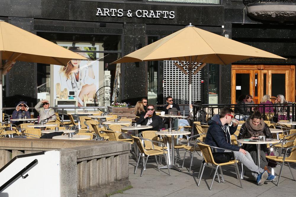 Kan en kopp kaffe og kaffepraten være noe å satse på?  Foto: Odd Roar Lange