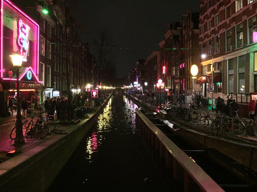 Red Light District er en av de mest populære turistattraksjonene i Amsterdam. Men det handler om å oppføre seg skikkelig - også her.                             Foto: Odd Roar Lange