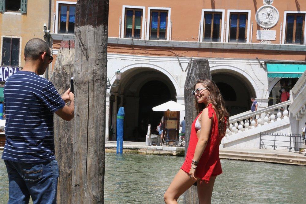 Uttfordrende påkledning er uønsket i Venezia by. Foto: Odd Roar Lange
