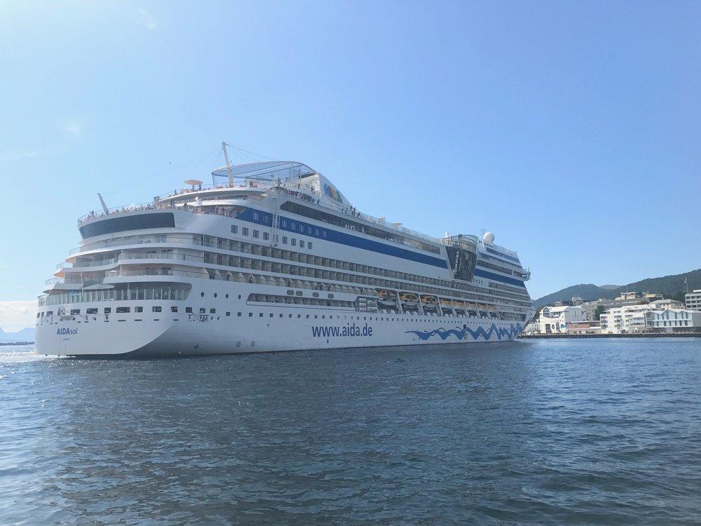 Enorme cruisehotell seiler på de norske fjordene. De neste årene kommer det enda flere. Til glede for cruiseselgerne, til uro for cruisemotstanderne. Foto: Odd Roar Lange