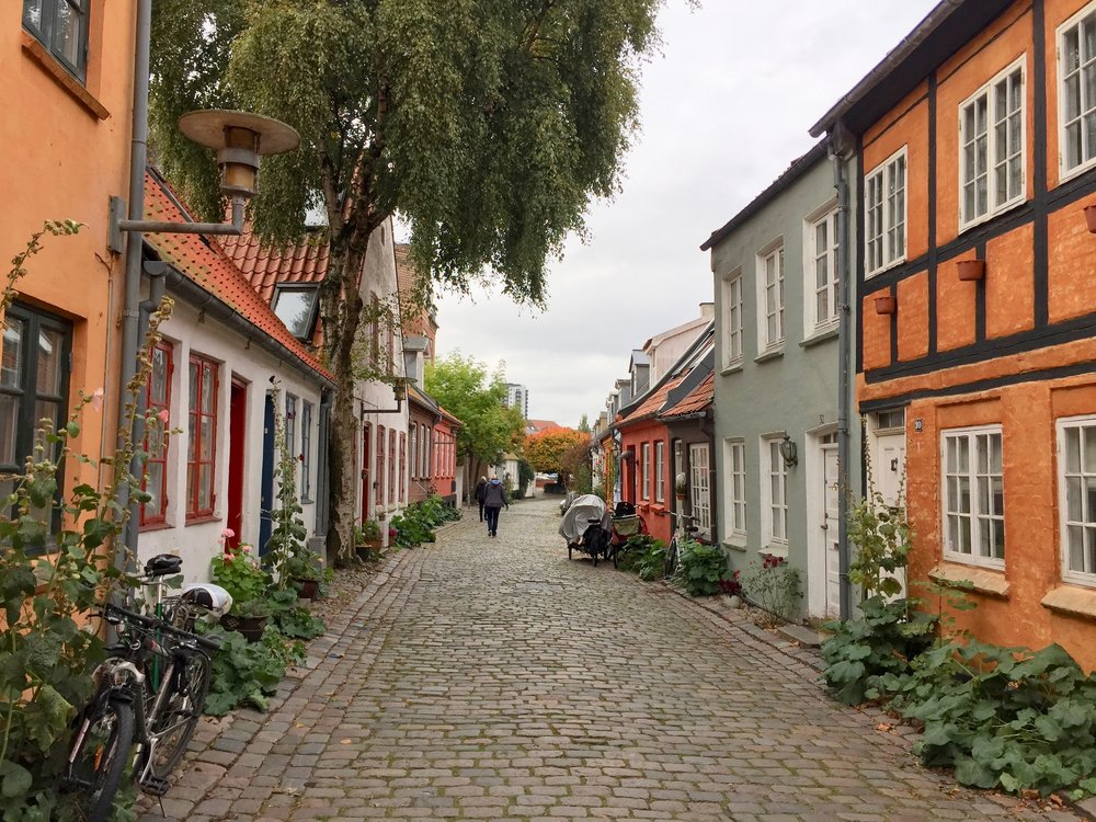 De koselige og vel bevarte eldste gatene i Aarhus. Foto: Odd Roar Lange