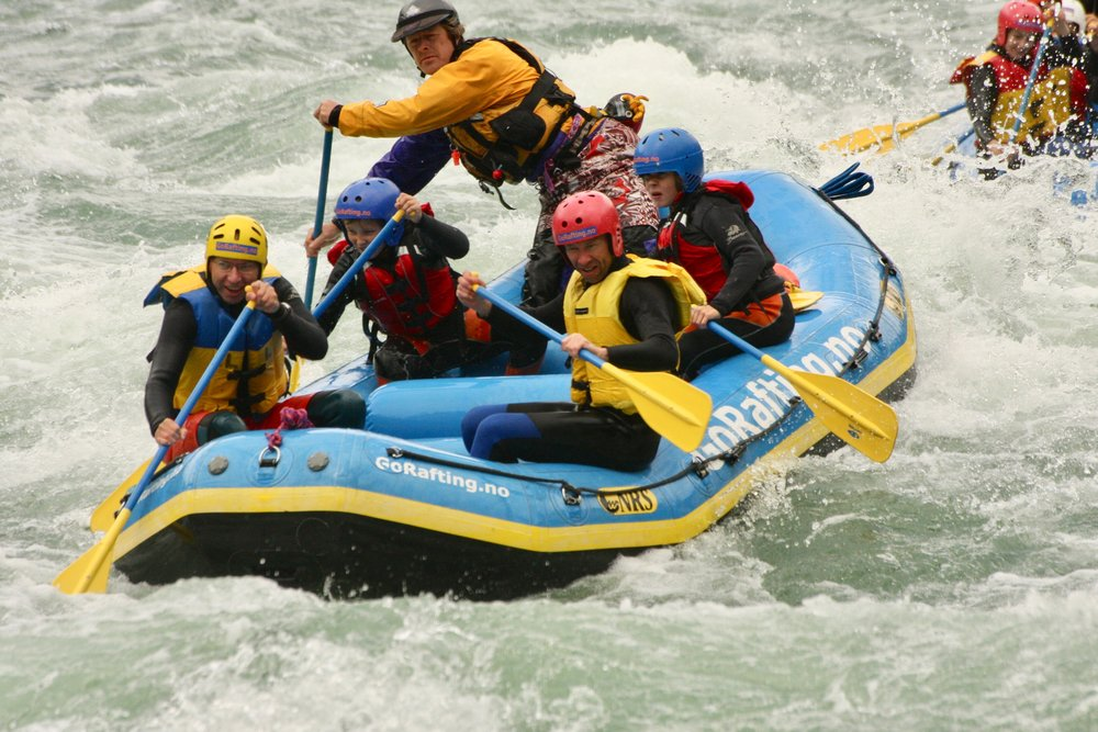 Her er jeg på tur ned elva sammen med erfaren guide og andre ferskinger i flåta. Foto: Ro Rafting.