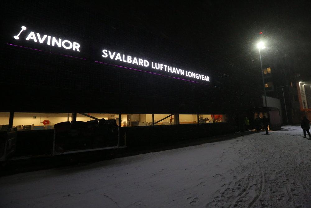 Advarer turistene. Både norske og utenlandske turister er ukjent med hvor tøffe værforholdene kan være på Svalbard. Foto: Odd Roar Lange
