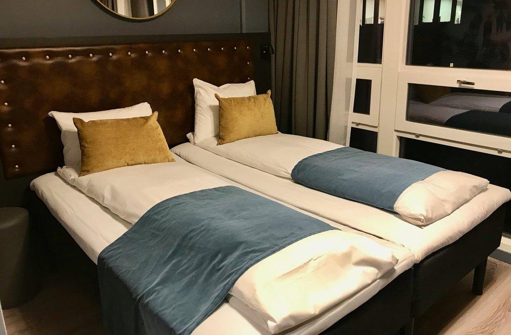 Ved innsjekk. Litt uklart hvorfor sengeteppet er ulikt lagt på av sengene. Foto. Odd Roar Lange