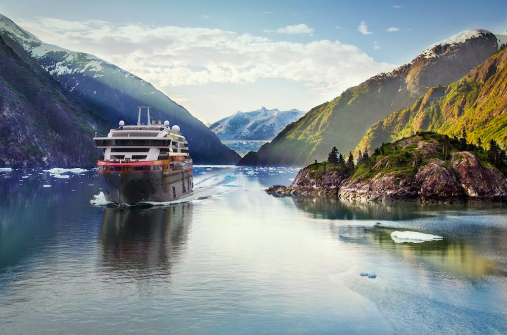 Slik ser man for seg at seilasen i Alaska kan bli seende ut. Illustrasjon: Hurtigruten