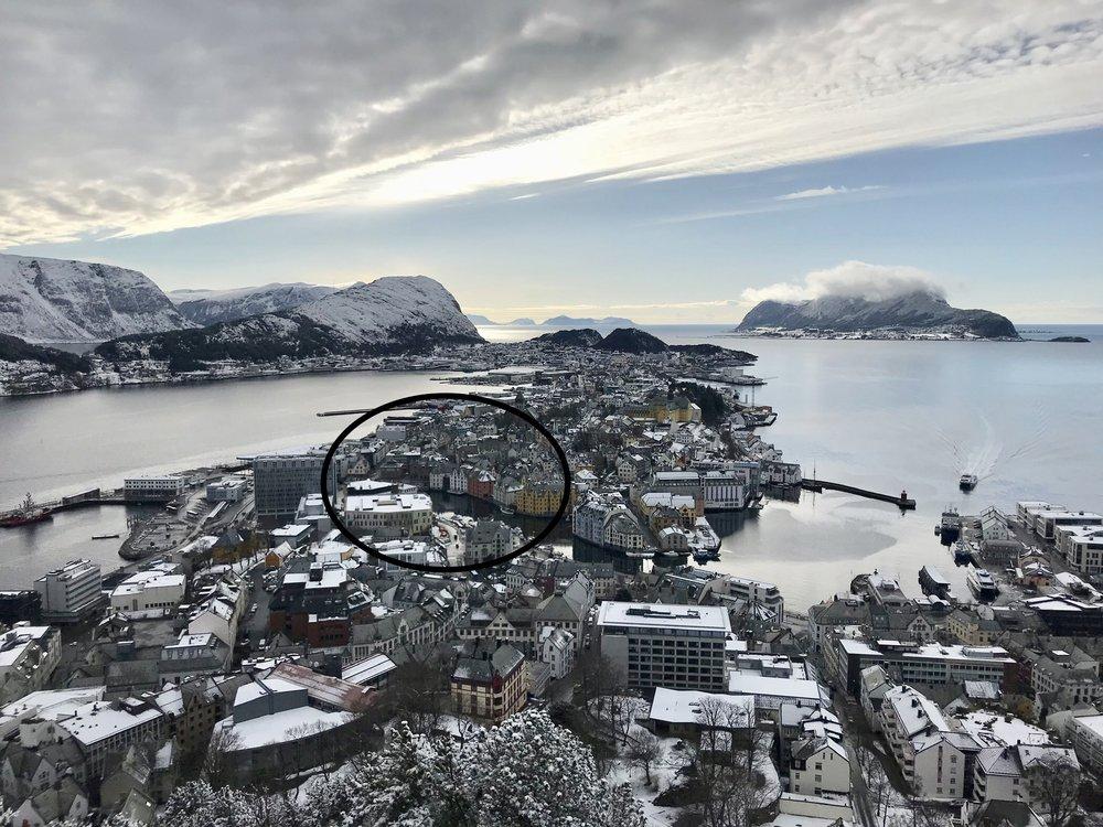 Her - helt til høyre i sirkelen - ligger Brosundet hotel - bildet er tatt fra Fjellstua på byfjellet Aksla. Foto: Odd Roar Lange