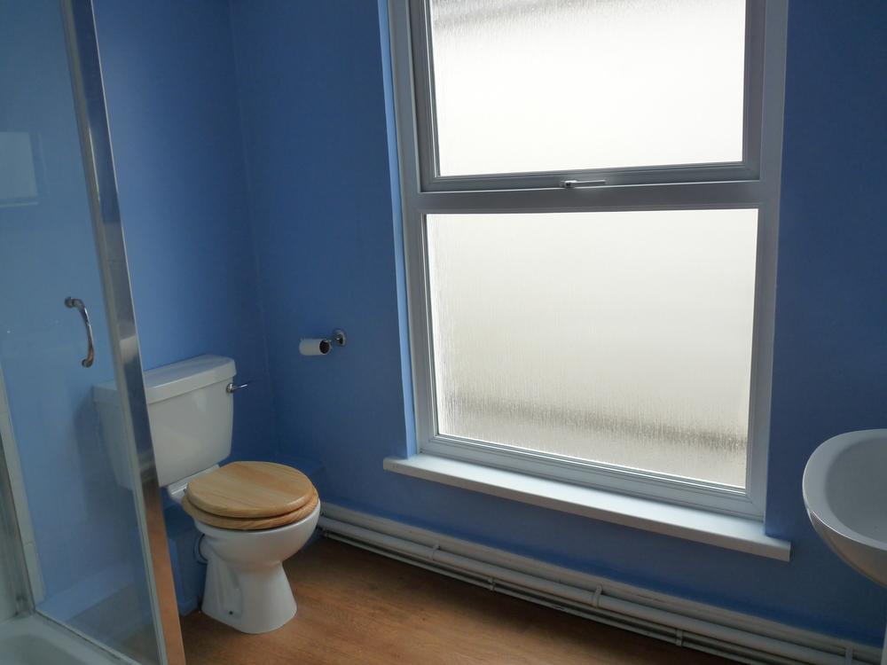 30 Large Bathroom.JPG