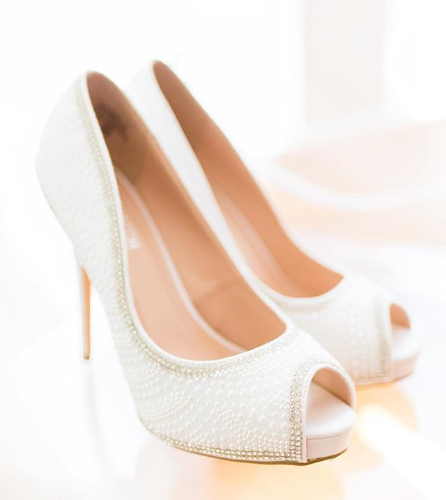 Hands down one of my favorite parts of photographing weddings is getting all of the bridal details. Jen... I loved these shoes. 😍 #weddingdayshoes #pearls #weddingdaydetails