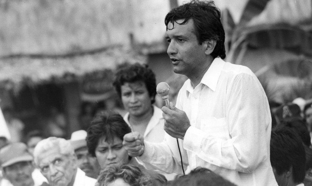 """En 1988, Andrés Manuel López Obrador se une a la Corriente Democrática, encabezada por Cuauhtémoc Cárdenas y Porfirio Muñoz Ledo. Es candidato a gobernador en Tabasco, por el Frente Democrático Nacional. En la imagen está en campaña. El triunfo de la elección es otorgado a su contrincante del PRI, Neme Castillo. López Obrador escribe el libro """"Tabasco, víctima de un fraude"""". Foto Tomás Rivas"""