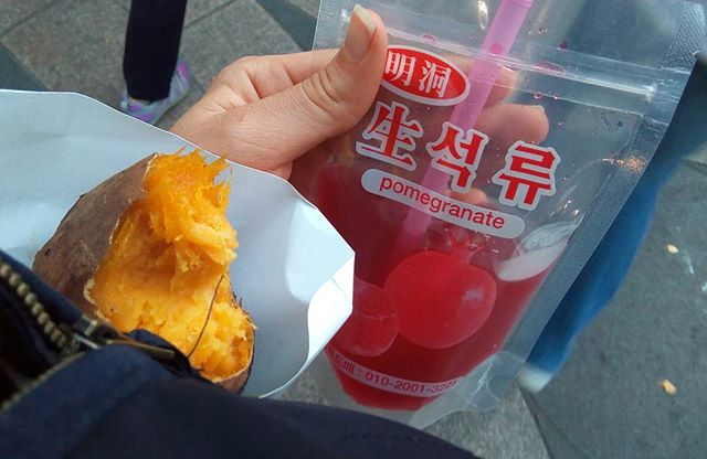 Incredibly simple #streetfood baked sweet potato and fresh pomegranate juice. Loving Seoul rn