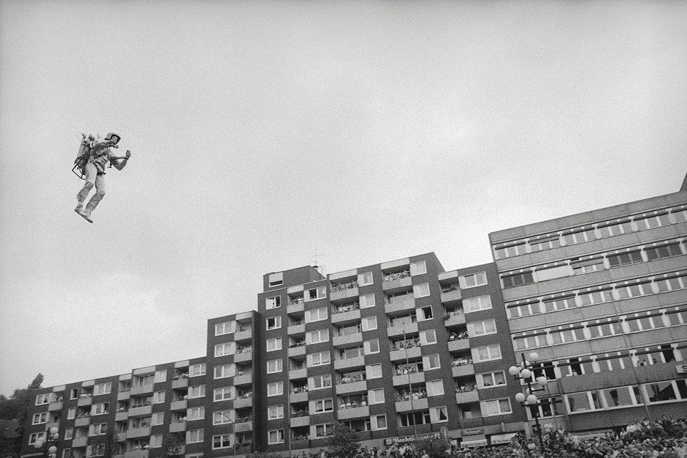 Stuntman mit Raketenrucksack