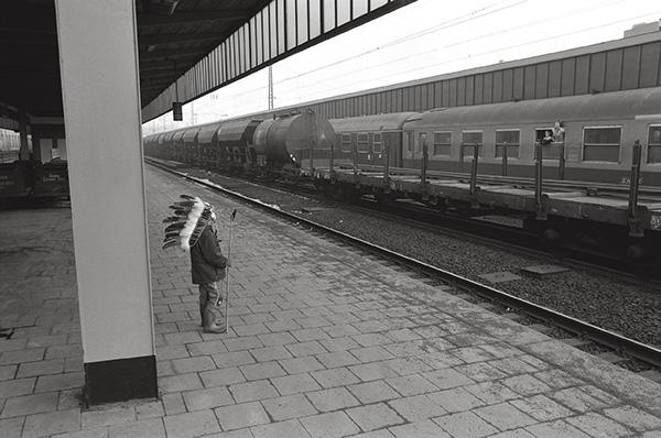 Hauptbahnhof Essen 1978. Wilder Westen in der Innenstadt. Nach dem Rosenmontagszug wartet Häuptling »Ohne Pferd« auf die Union Pacific nach Frohnhausen. Kommt später und also er auch? Heute verzeiht ihm Mama.