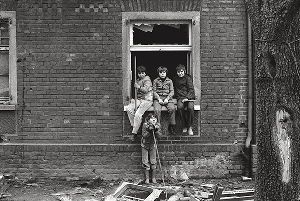 Ein Haus in der Kruppsiedlung Altenhof I in Essen- Rüttenscheid 1978. Jugendliche spielen in Ruinen wie schon ihre Eltern. Der Abriss-Bagger ist bereits am Werk, schafft Platz für einen Krankenhausneubau.