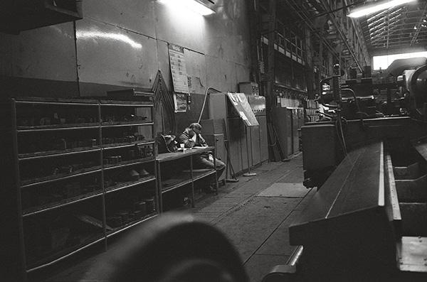 Kruppianer vor der Schicht 1979. Die Arbeiter erhielten ihr »Rundum-Sorglos-Paket« aus Krupp`schen Siedlungen, Krankenhäusern, Krupp`schem Konsum. Bis die Sorgen kamen und Werke geschlossen wurden. Da war, wie man hier sagt, »Schicht im Schacht«.