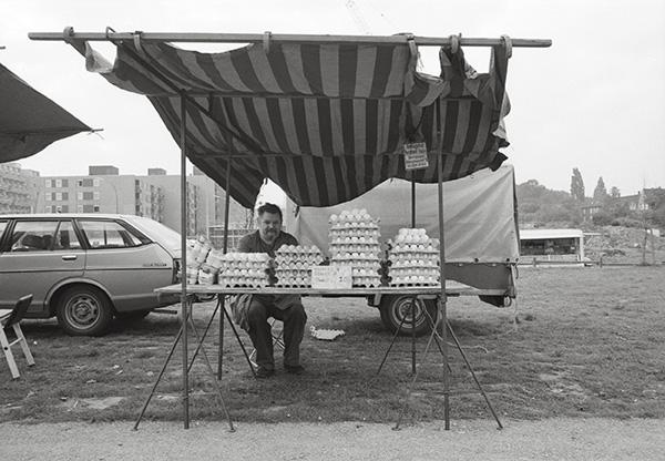 Markt in Dortmund-Dorstfeld 1982. Der Eiermann garantiert für Frische. denn die Hühner haben gelegt wie junge Götter. Auch das Wetter ist frisch, der Tag gerade geschlüpft.