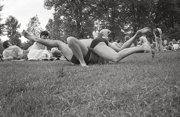 An der Ruhr in Essen-Werden 1983. Das alljährliche Pfingst-Open-Air, bis heute die Mutter der Essener Open-Air-Konzerte. Eintritt frei, Auftritte super. Auf dem Foto ringt man – um Fassung?