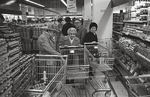 Supermarkt in Duisburg 1985. Neu in Supermärkten: Riesige Einkaufswagen, viel zu groß für die Geldbeutel nicht nur der Rentner, verstopfen die Gänge beim Discounter.