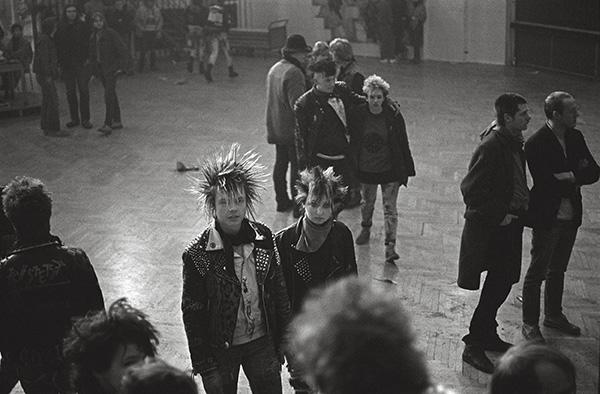 Punks im Jugendzentrum Papestraße in Essen-Holsterhausen 1985. Ob ihre Eltern ihnen erzählt haben, dass 1968 hier Frank Zappa auftrat und mit seinen »Mothers« keine einzige Convention gebrochen hat? Damals hätte man Punks »Gammler« genannt.