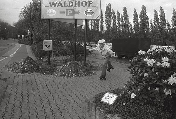 Keiner fährt so Rollschuh wie Opa. Nur Segeln ist schöner. 1982 in Oberhausen-Osterfeld am Revierpark Vonderort bringt man sich, dank nahtlosem Grün, ins Gleichgewicht.