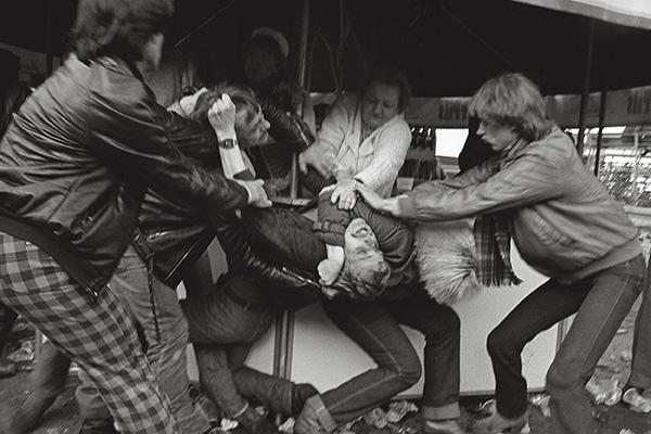 1982. Prügelei auf dem Kennedyplatz in Essen. Der Bierbrunnen sprudelt, die Volksseele kocht. Sogar die Getränkeverkäuferin mischt mit. Man hat sich in den Haaren. Frieden? Erstmal klären, was Sache ist.