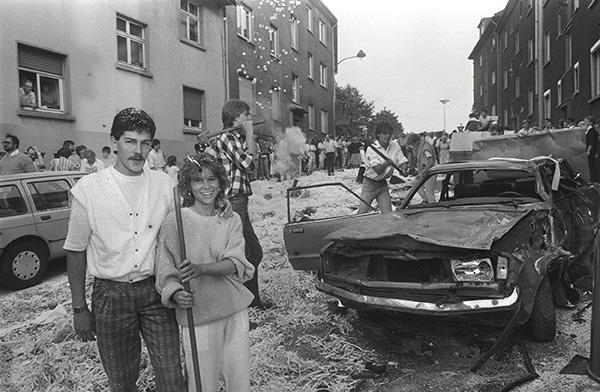"""Das Ghetto probt den Aufstand? Nein, alles nur aus """"Spaß an der Freud"""": Polterabend in Essen – Frohnhausen 1986. Die Gäste toben sich so richtig aus , das Paar muss es auffegen. Vielleichts gibts auch ein neues Auto von den Schwiegereltern?"""