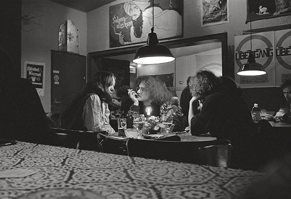 1982. Studenten und alternative Szene trafen sich im »Regenbogen«, nahe der Essener Uni. Dazu gab es Info- und Musikveranstaltungen im hinteren Teil. Und das »Regenbogen-Cafe« mit Schnullis Alfalfa-Broten.